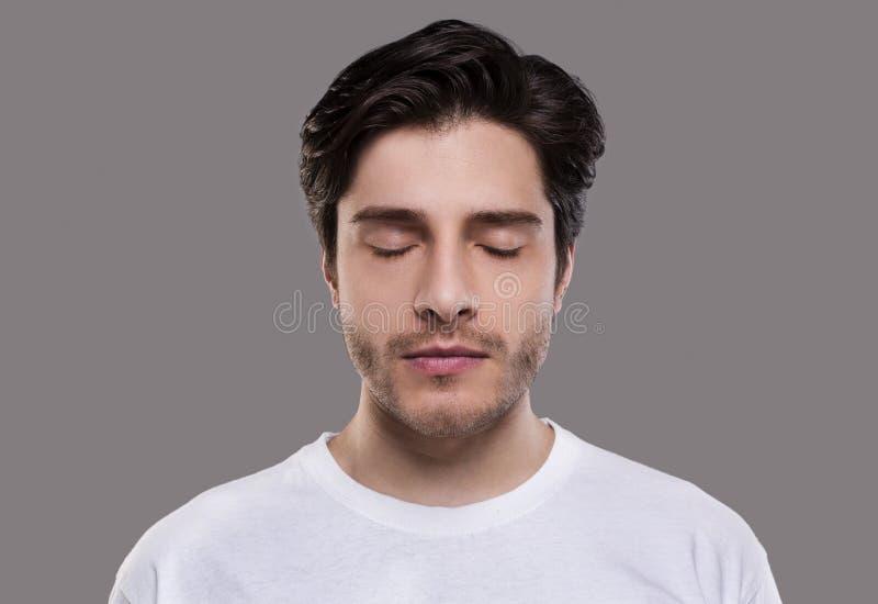 Ritratto dell'uomo millenario bello con gli occhi chiusi immagini stock libere da diritti