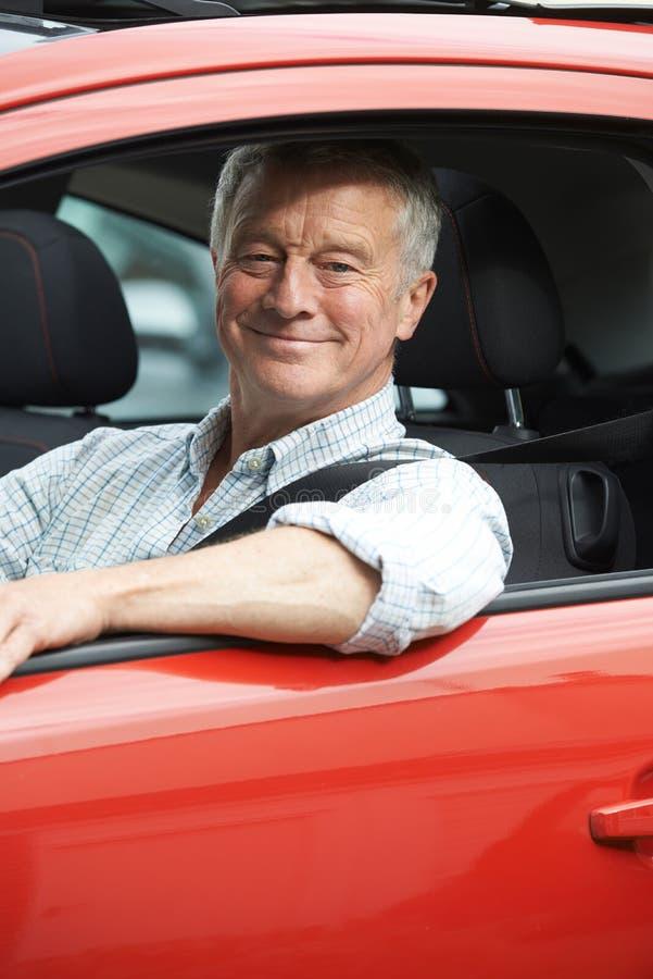 Download Ritratto Dell'uomo Senior Che Conduce Automobile Immagine Stock - Immagine di vecchio, maturo: 55362585