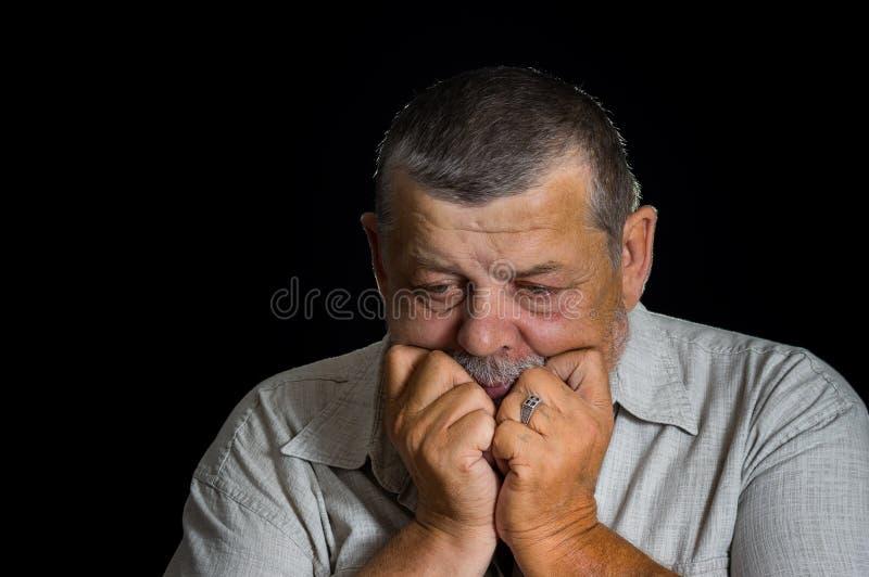 Ritratto dell'uomo senior che pensa disperatamente fotografia stock libera da diritti