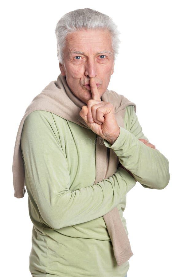 Ritratto dell'uomo senior sicuro che gesturing silenzio immagini stock libere da diritti