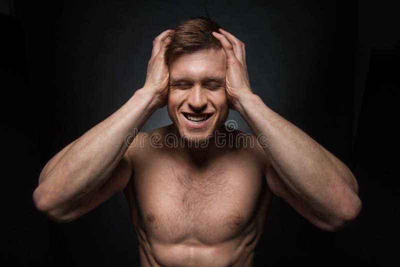Ritratto dell'uomo senza camicia sexy di misura che giudica il suo capo. fotografie stock