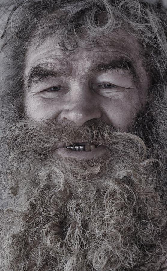 Ritratto dell'uomo senza tetto Ritratto di un uomo barbuto fotografie stock libere da diritti