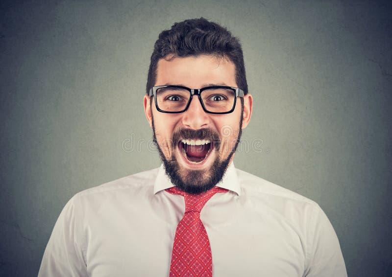 Ritratto dell'uomo sorpreso emozionante eccellente di affari immagini stock libere da diritti