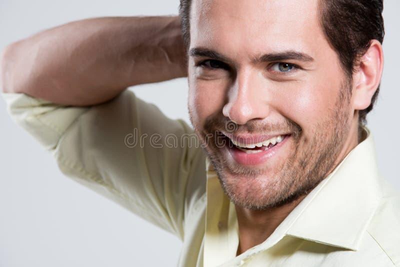 Ritratto dell'uomo sorridente in camicia gialla. fotografie stock libere da diritti