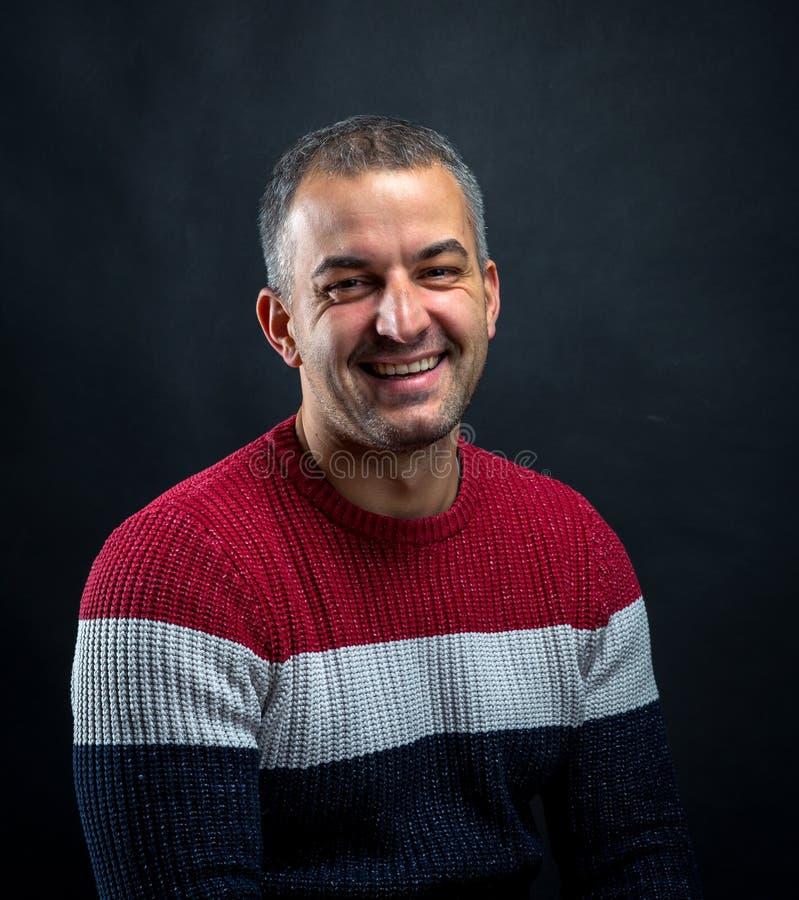 Ritratto dell'uomo sorridente isolato immagine stock