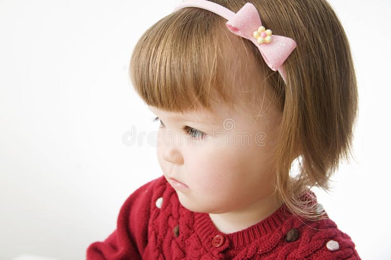 Ritratto della bambina acconciatura caucasica sveglia del peso del bambino con l'orlo fotografie stock libere da diritti