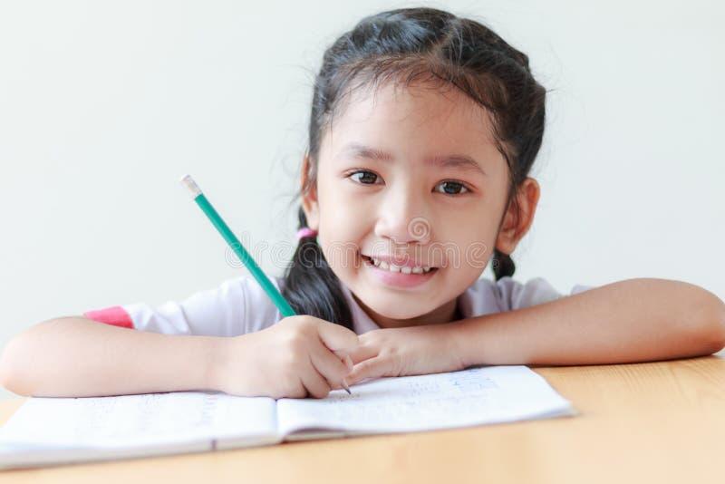 Ritratto della bambina asiatica in unifo tailandese dello studente di asilo immagine stock libera da diritti