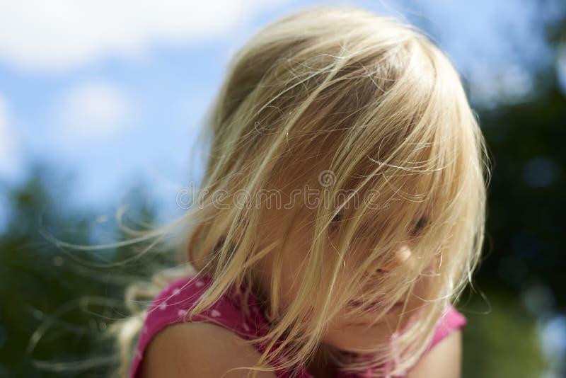Ritratto della bambina bionda triste del bambino fuori fotografia stock libera da diritti