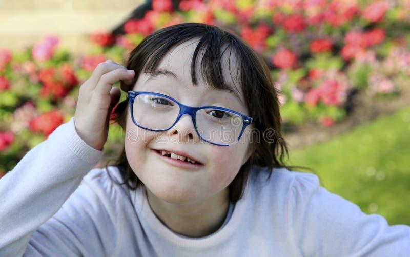 Ritratto della bambina che sorride fuori fotografie stock libere da diritti