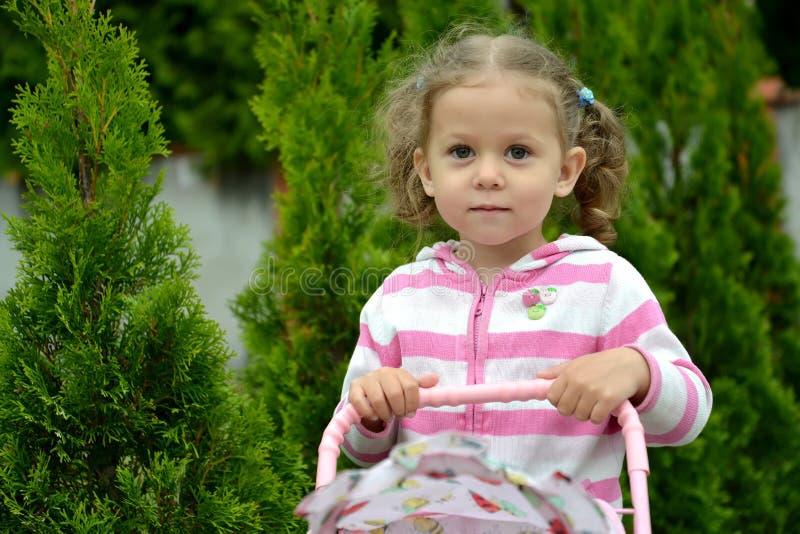 Ritratto della bambina contro lo sfondo di conifero fotografia stock libera da diritti