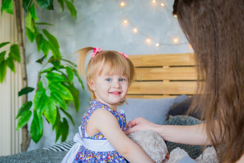 Ritratto della bambina divertente a casa immagine stock