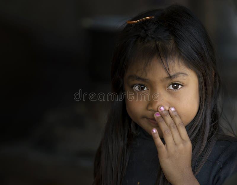 Ritratto della bambina nel mercato di Inle che sorride e che posa alla macchina fotografica, Myanmar fotografia stock libera da diritti