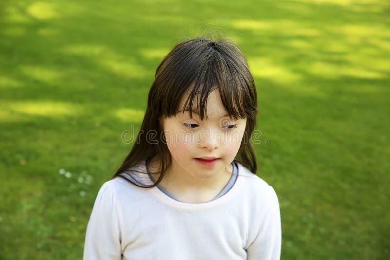 Ritratto della bambina nel parco fotografia stock