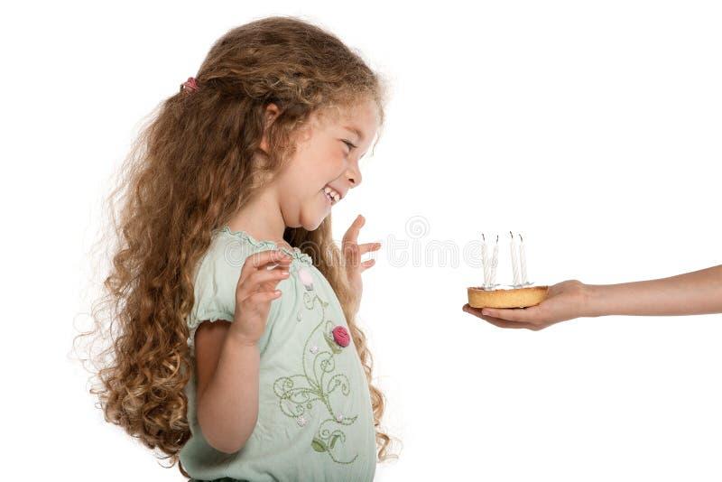 Ritratto della bambina soddisfatto della torta di compleanno immagine stock libera da diritti