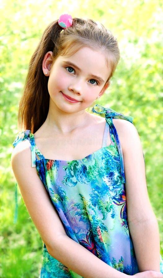 Ritratto della bambina sorridente adorabile all'aperto immagine stock