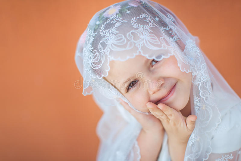 Ritratto della bambina sorridente sveglia in vestito da principessa fotografia stock libera da diritti