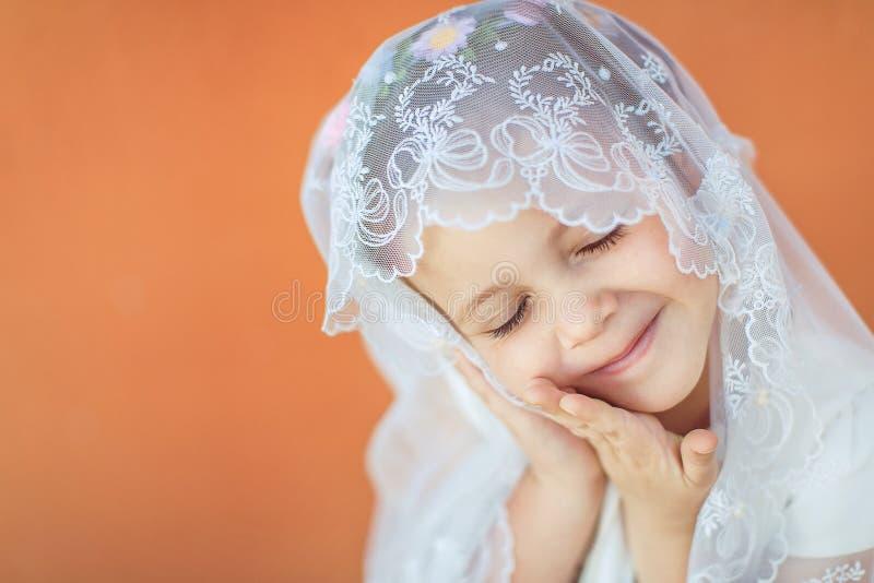 Ritratto della bambina sorridente sveglia in vestito da principessa fotografia stock