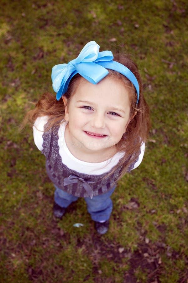 Ritratto della bambina sull'erba fotografia stock libera da diritti