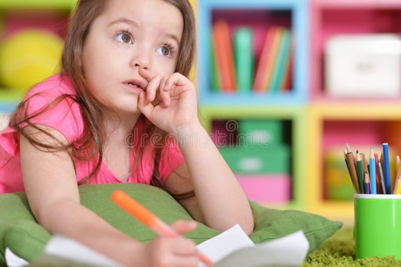 Ritratto della bambina sveglia nel disegno rosa della camicia fotografie stock