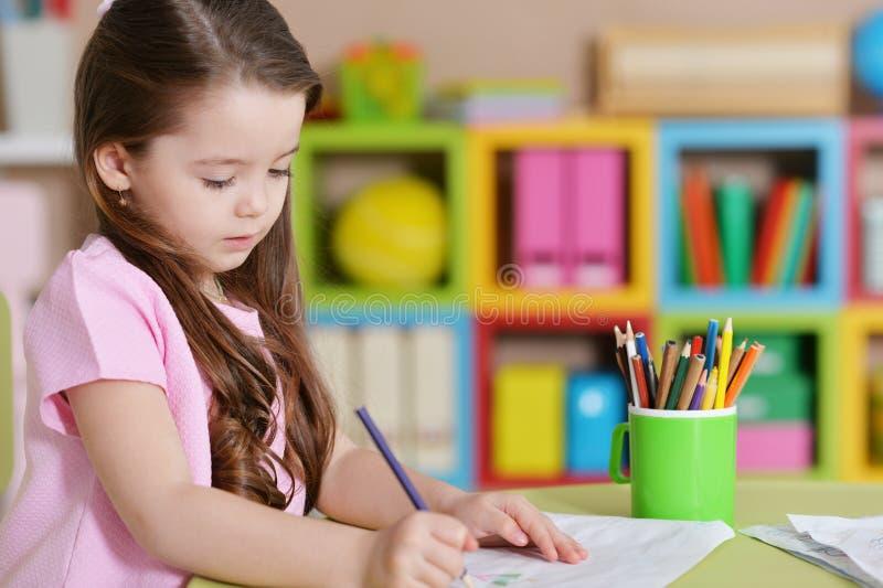 Ritratto della bambina sveglia nel disegno rosa della camicia immagini stock libere da diritti