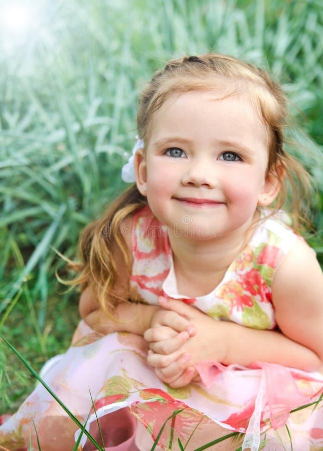 Ritratto della bambina sveglia sorridente in vestito da principessa immagine stock
