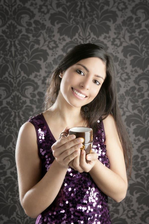 Ritratto della bella donna del brunette della tazza di caffè retro immagine stock libera da diritti