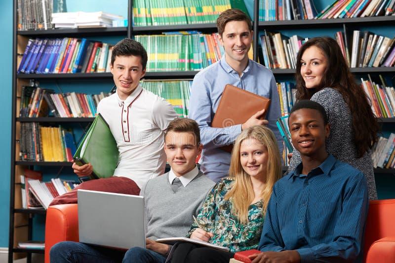 Ritratto della biblioteca di With Students In dell'insegnante fotografie stock libere da diritti