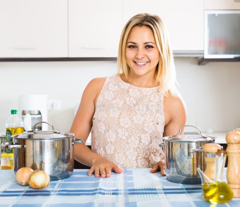 Ritratto della casalinga che posa alla cucina immagine for Posa alzatina cucina