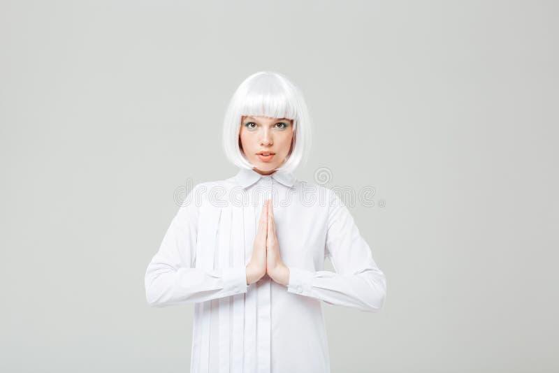 Ritratto della condizione e di pregare svegli pacifici della giovane donna fotografie stock libere da diritti