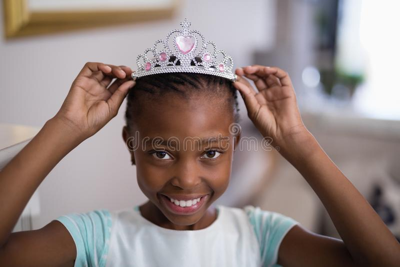 Ritratto della corona d'uso della ragazza fotografie stock