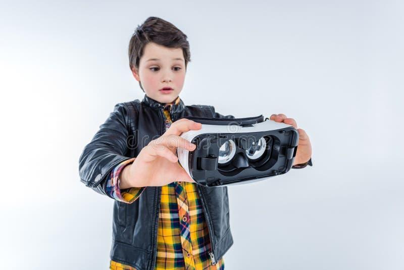 Ritratto della cuffia avricolare confusa di realtà virtuale della tenuta del ragazzo immagini stock