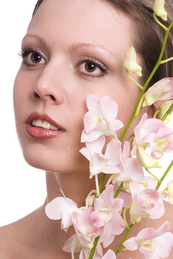 Ritratto della donna abbastanza giovane con l'orchidea immagini stock libere da diritti