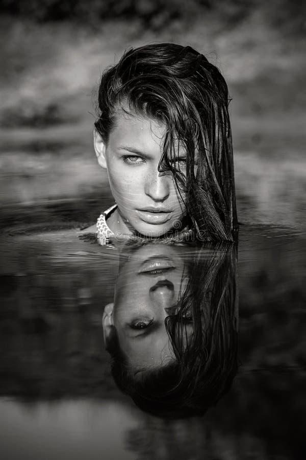Ritratto della donna in acqua con la riflessione del fronte fotografia stock libera da diritti