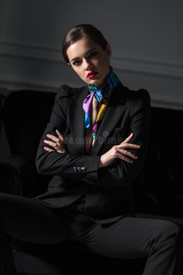 Download Ritratto Della Donna Alla Moda Nel Wuit Nero Che Si Siede Con L'incrocio H Immagine Stock - Immagine di vestito, donna: 55354597