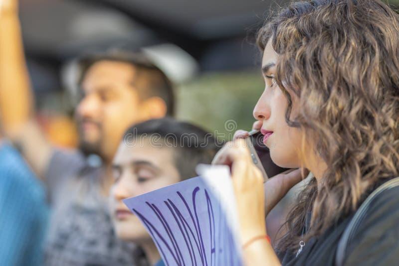 Ritratto della donna alle vie di Santiago durante il giorno 8M delle donne a Santiago de Chile fotografia stock libera da diritti