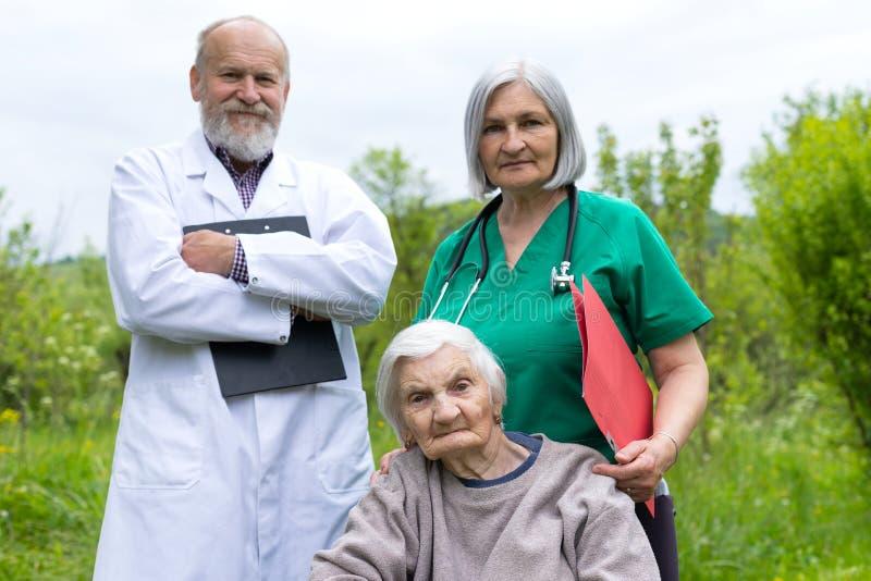 Ritratto della donna anziana con la malattia di demenza fotografia stock libera da diritti