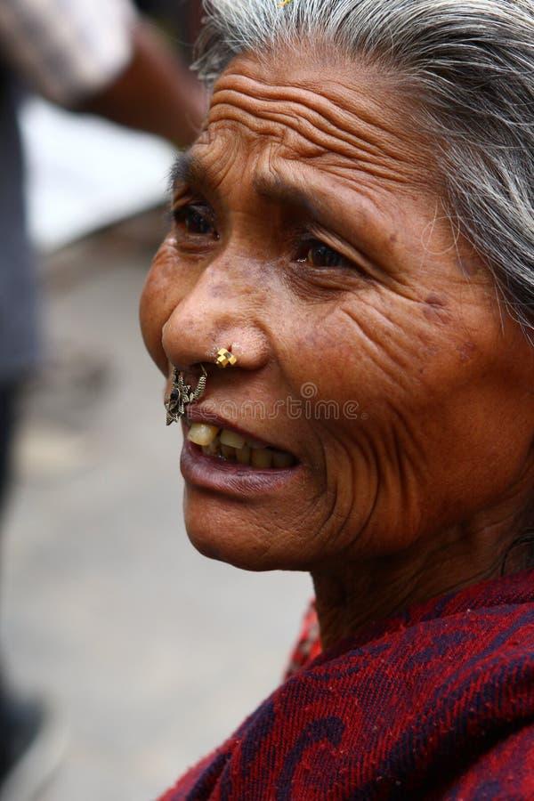 Ritratto della donna anziana nepalese fotografia stock