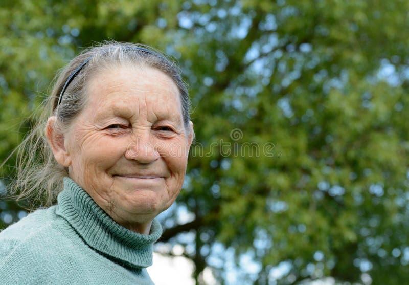 Ritratto della donna anziana sorridente all'aperto fotografie stock