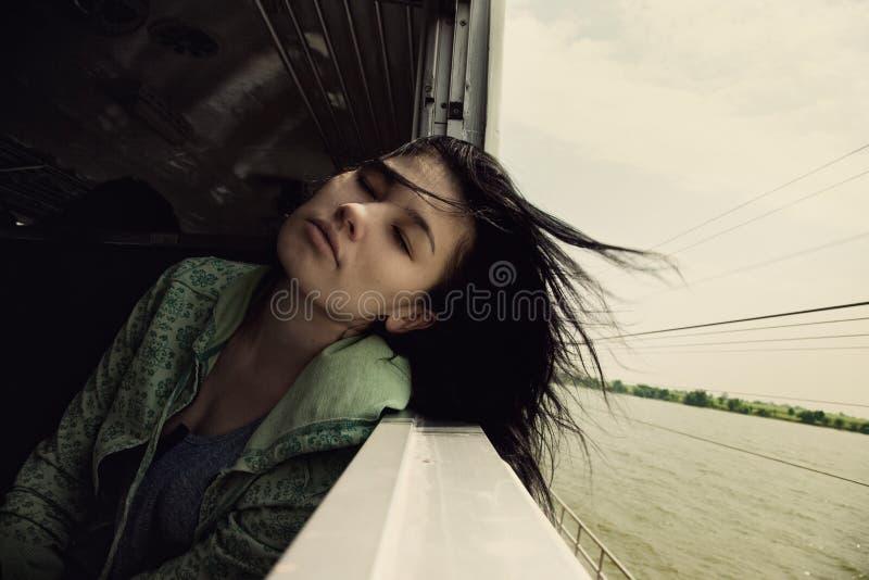 Ritratto della donna asiatica corsa d'accelerazione interna del treno fotografia stock libera da diritti