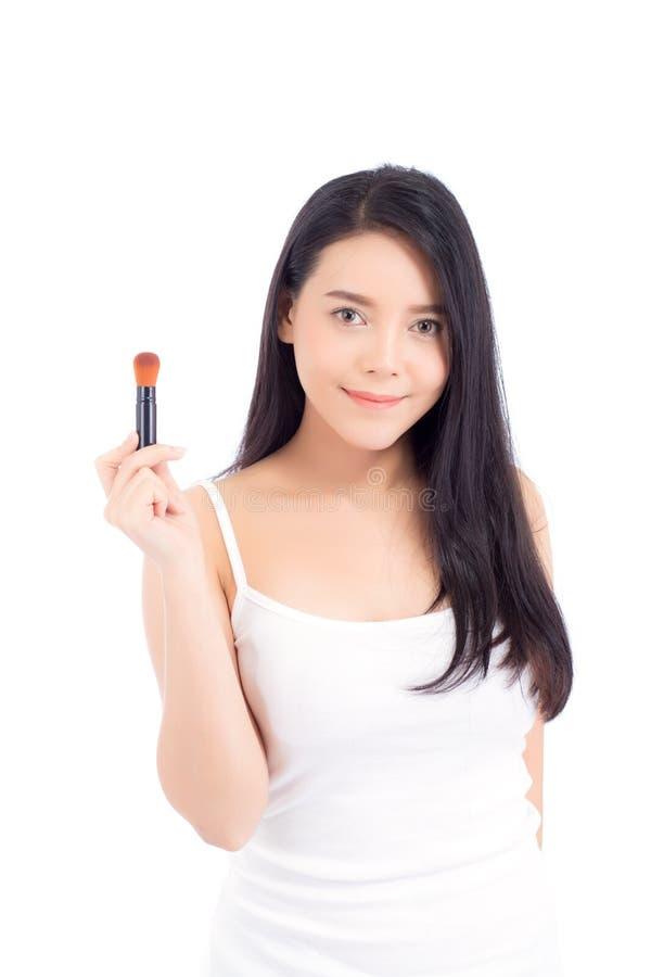 Ritratto della donna asiatica di bellezza che stende il trucco con la spazzola della guancia isolata fotografia stock libera da diritti