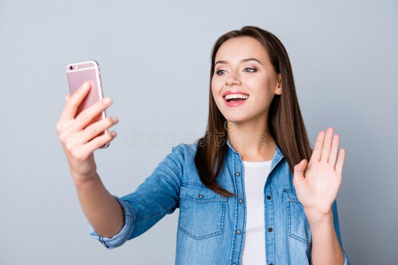 Ritratto della donna attraente che parla con il suo amante attraverso il vid fotografia stock libera da diritti