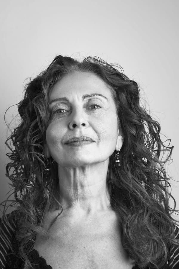 Ritratto della donna attraente matura fotografia stock libera da diritti