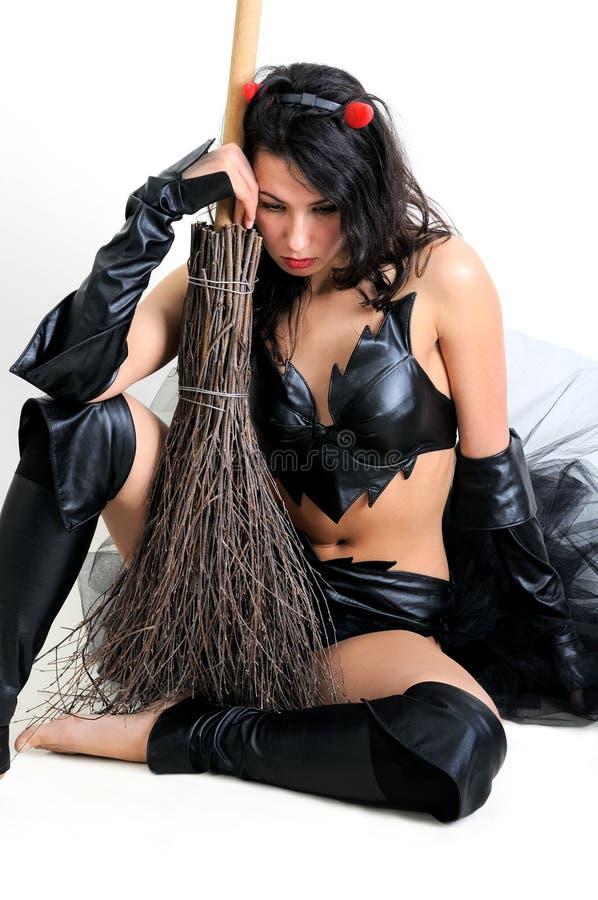 Ritratto della donna attraente preoccupata in costume della strega immagini stock libere da diritti