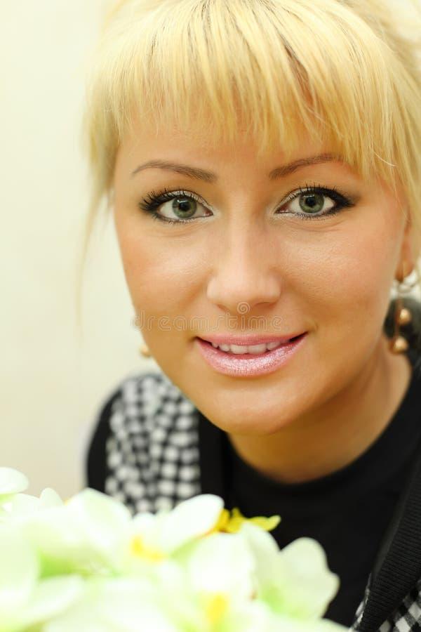 Ritratto della donna bionda con i fiori bianchi fotografia stock libera da diritti