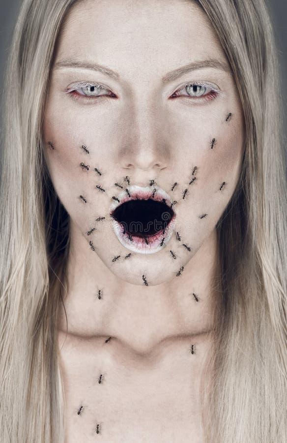 Ritratto della donna bionda con la bocca e le formiche aperte fotografie stock