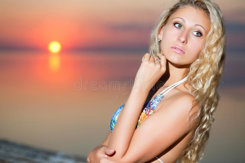 Ritratto della donna bionda premurosa fotografia stock