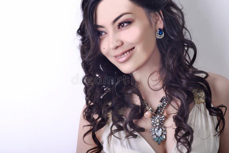 Ritratto della donna, capelli lunghi neri, busto immagini stock libere da diritti