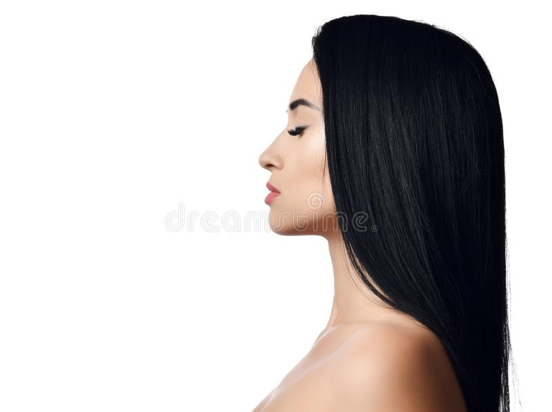 Ritratto della donna castana con capelli diritti lunghi, le spalle nude, gli occhi chiusi e le labbra perfette Concetto della pub fotografia stock