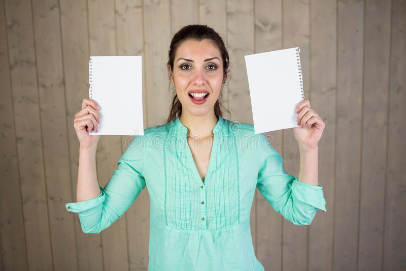 Ritratto della donna che fa fronte e che tiene le carte immagini stock