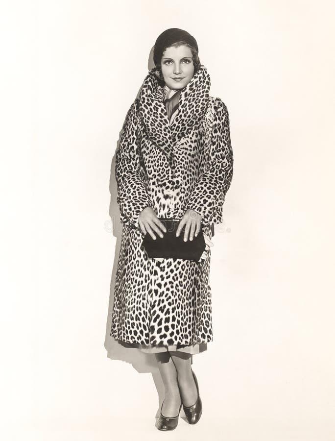 Ritratto della donna che porta un cappotto della stampa del leopardo fotografia stock libera da diritti